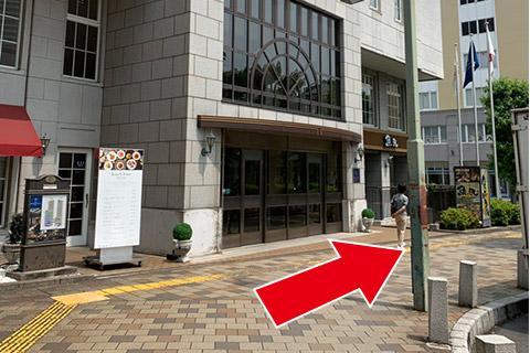 ④ボストンプラザホテルの前を通る
